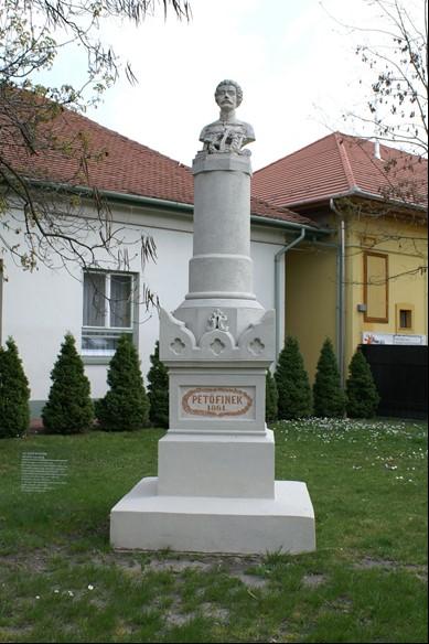 A világ első köztéri Petőfi szobra